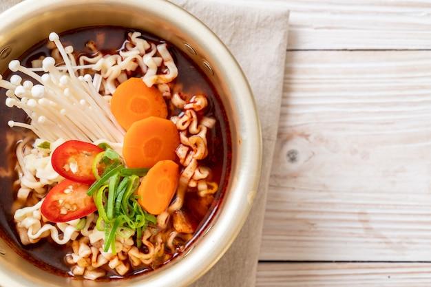 Macarrão instantâneo coreano em pote de ouro