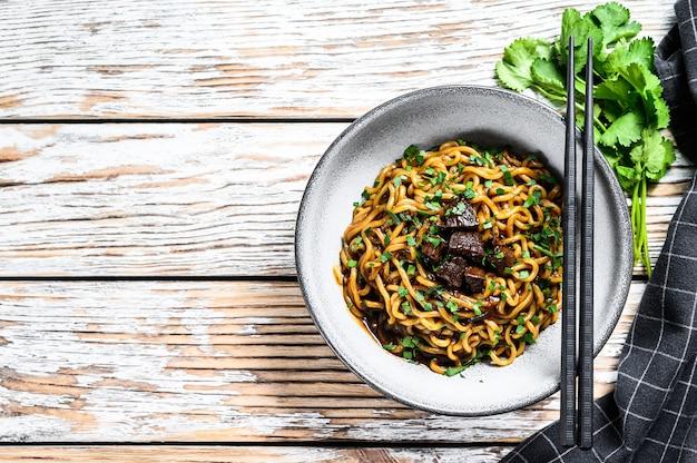 Macarrão instantâneo cozido com carne de soja em uma tigela