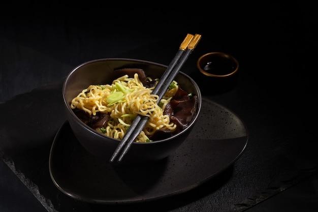 Macarrão instantâneo cozido recentemente. cozinha asiática