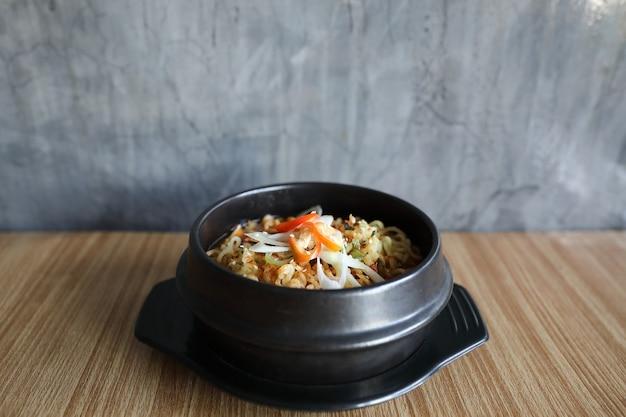 Macarrão instantâneo estilo coreano ramyeon tradicional pote de macarrão com comida coreana