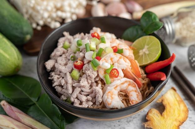 Macarrão instantâneo frito com camarão e carne de porco.