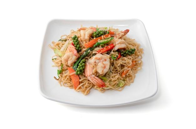 Macarrão instantâneo frito com camarão e ervas frescas