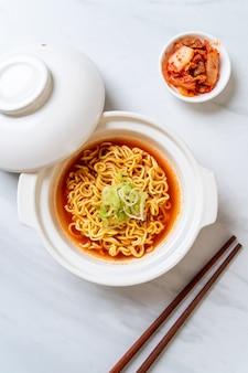 Macarrão instantâneo picante coreano com kimchi