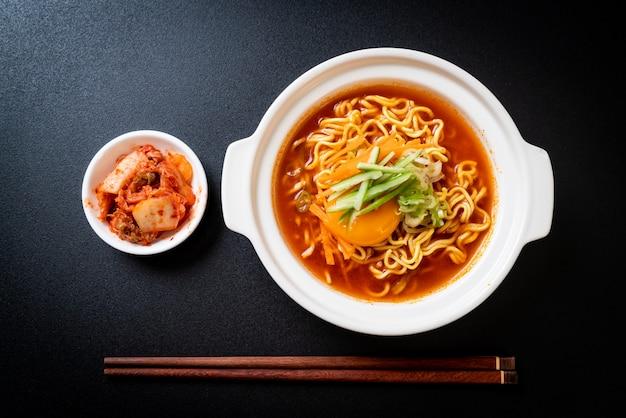 Macarrão instantâneo picante coreano com ovo, vegetais e kimchi