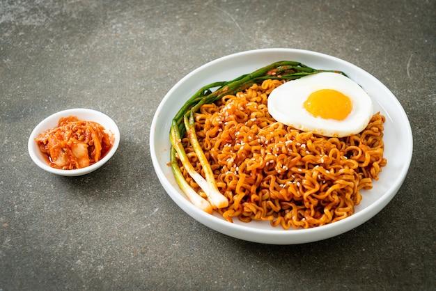 Macarrão instantâneo picante coreano seco caseiro com ovo frito