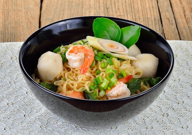 Macarrão instantâneo quente e picante com camarão e vegetais
