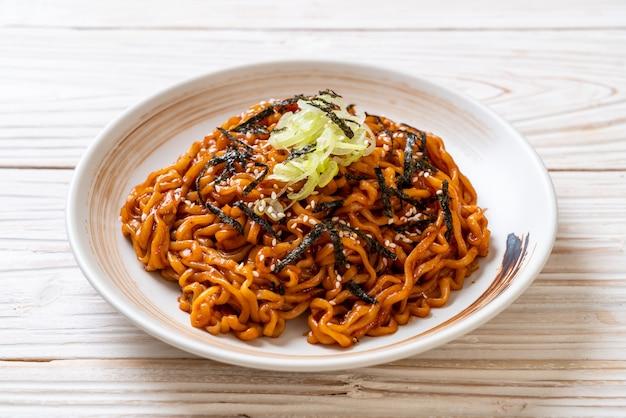 Macarrão instantâneo quente e picante coreano com kimchi