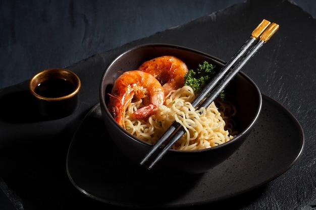 Macarrão instantâneo recém cozido. cozinha asiática