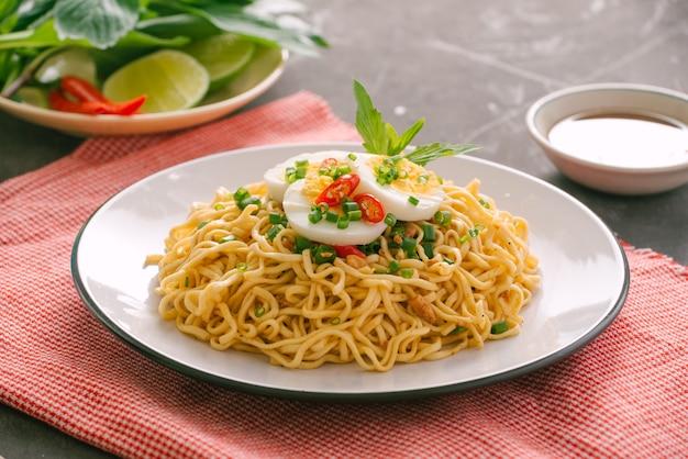 Macarrão instantâneo seco - ramen asiático e vegetais para a sopa