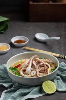 Macarrão largo em gravy seafood ou rad na