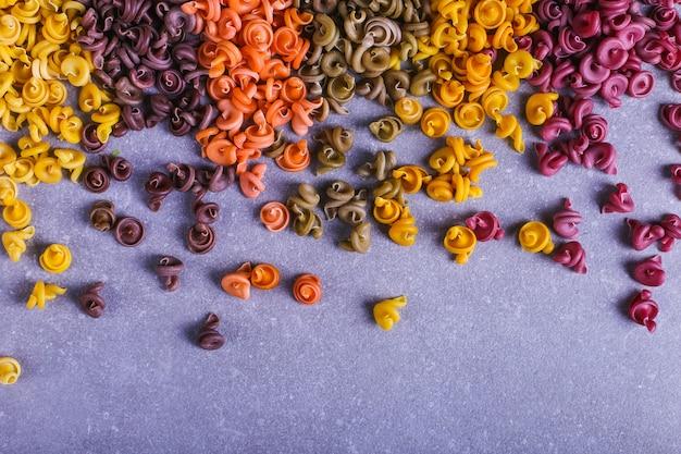 Macarrão multicolorido de forma incomum com corantes vegetais naturais