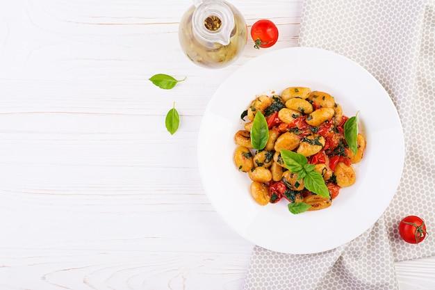Macarrão nhoque em estilo rústico. cozinha italiana. macarrão de vegetais vegetarianos. cozinhando o almoço. prato gourmet. vista do topo