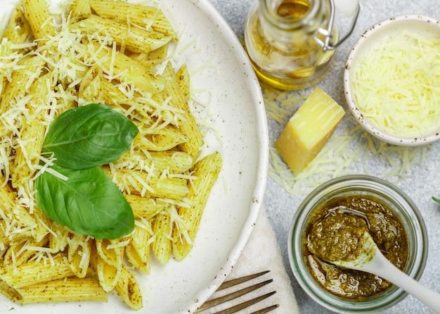 Macarrão penne com molho pesto, queijo parmesão, azeite e manjericão