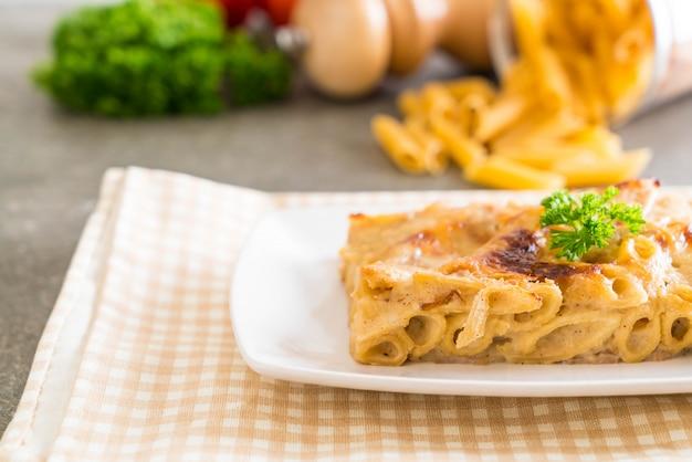 Macarrão penne cozido com queijo e presunto