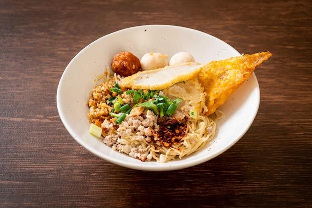Macarrão picante com bola de peixe e carne de porco picada (tom yum noodles) - comida asiática