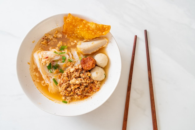 Macarrão picante com bolinha de peixe e carne de porco picada (macarrão tom yum)