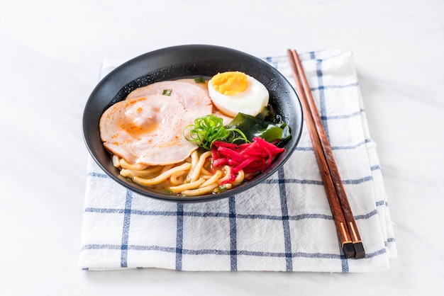 Macarrão picante udon ramen muss com carne de porco