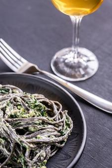 Macarrão preto com espinafre, mascarpone e parmesão
