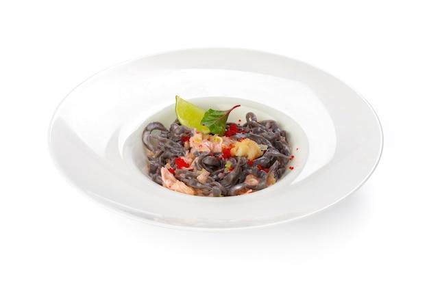 Macarrão preto com salmão isolado no branco