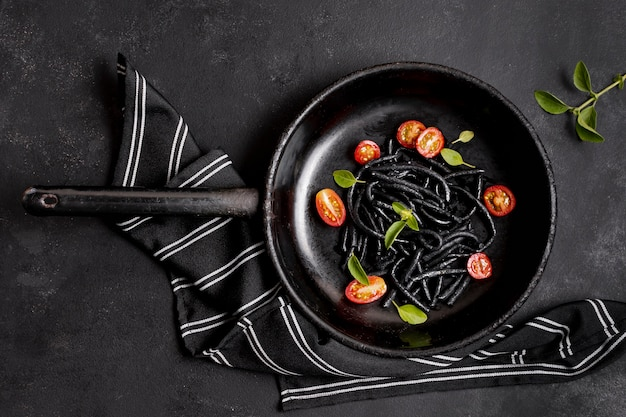 Macarrão preto de camarão e guardanapo de cozinha