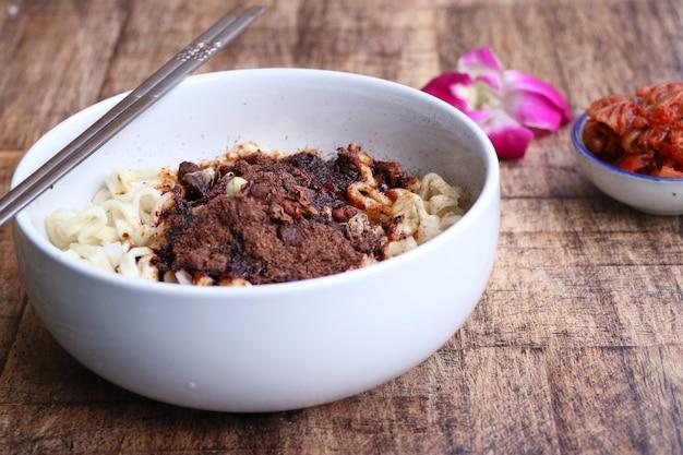 Macarrão preto instantâneo - comida coreana