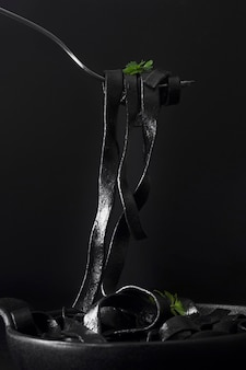 Macarrão preto na vista frontal do garfo