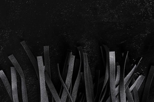 Macarrão preto tagliatelle tiras vista superior