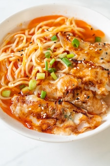 Macarrão ramen com gyoza ou bolinhos de porco - comida asiática