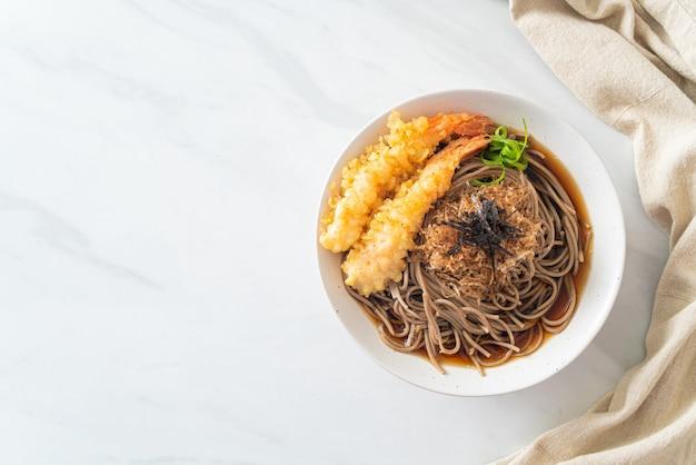 Macarrão ramen japonês com tempura de camarão - comida asiática