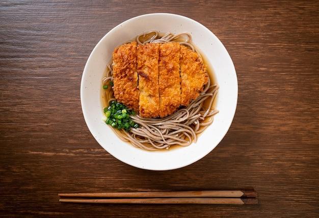 Macarrão ramen soba com costeleta de porco frita japonesa (tonkatsu), estilo de comida asiática