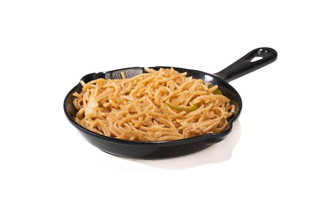 Macarrão schezwan vegetariano ou macarrão hakka vegetal ou chow mein em uma tigela preta com fundo escuro. schezwan noodles é um prato quente da cozinha indo-chinesa com macarrão udon, vegetais e molho de pimenta