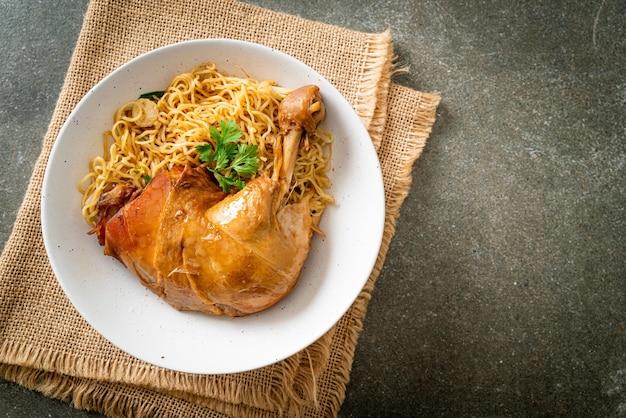 Macarrão seco com tigela de frango assado - comida asiática