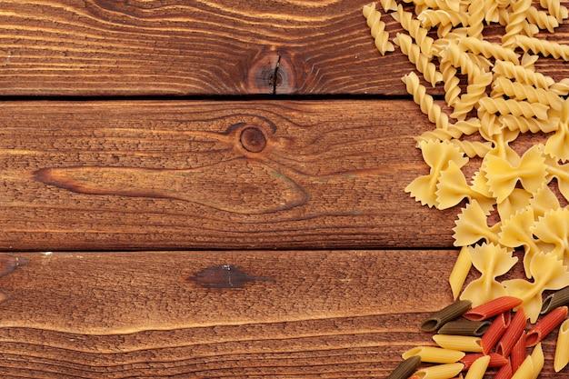 Macarrão seco em fundo de madeira