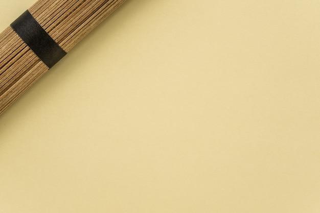 Macarrão seco em um espaço de cópia de fundo bege