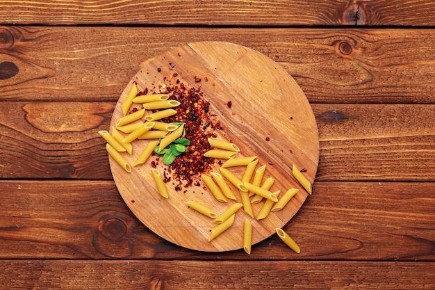 Macarrão seco na mesa de madeira