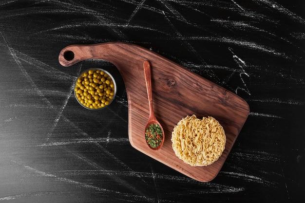 Macarrão servido com feijão e especiarias.