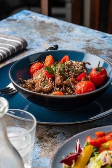 Macarrão soba com carne, cogumelos, tomate cereja e pimentão