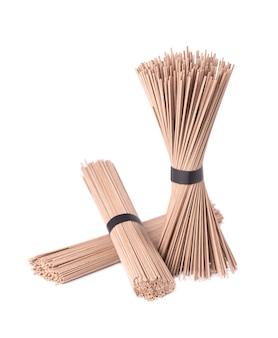 Macarrão soba, isolado no branco. pacote de macarrão de trigo sarraceno soba japonês varas. comida asiática.
