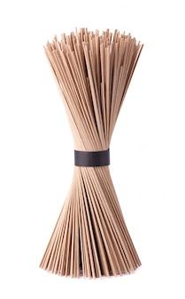 Macarrão soba, isolado. pacote de varas de macarrão japonês soba trigo sarraceno. comida asiática.