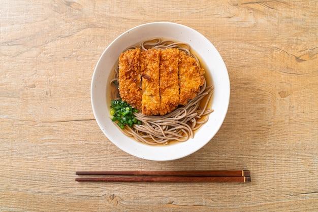 Macarrão soba ramen com costeleta de porco frita japonesa (tonkatsu), comida asiática