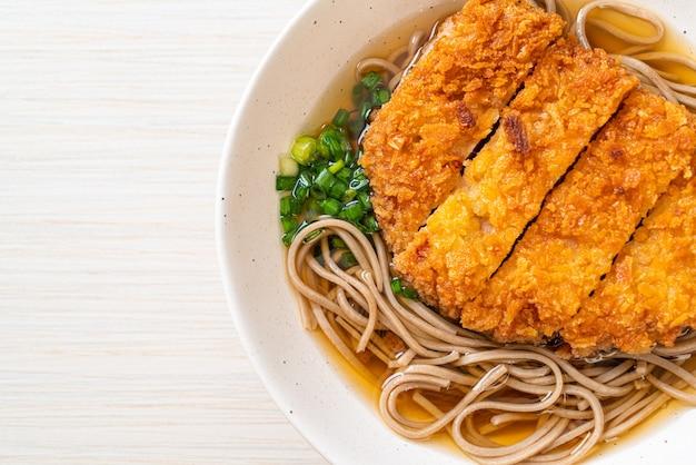 Macarrão soba ramen com costeleta de porco frita japonesa (tonkatsu) - comida asiática