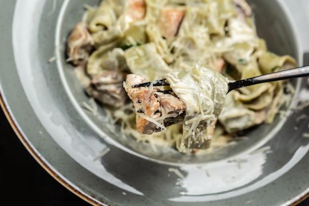 Macarrão tagliatelle com frango e cogumelos. cozinha italiana. fundo de receita de comida. fechar-se.