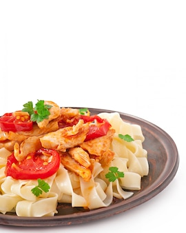 Macarrão tagliatelle com tomate e frango