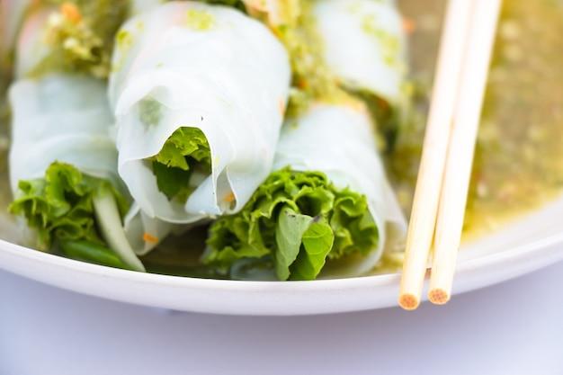Macarrão tailandês com molho picante