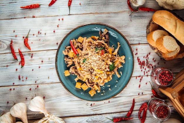 Macarrão tailandês de almofada asiática com frutos do mar e tofu