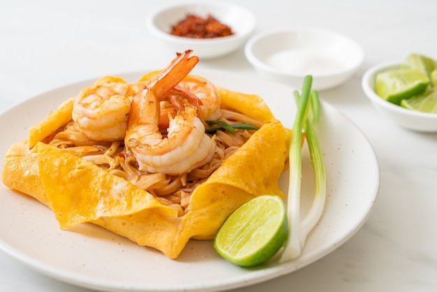 Macarrão tailandês frito com camarão e embrulho de ovo