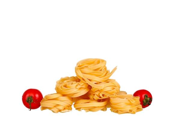 Macarrão, tomate, manjericão e alho. isolado no branco