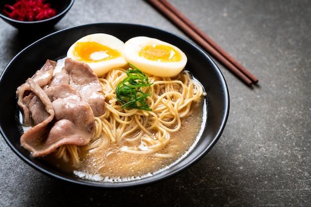 Macarrão tonkotsu ramen com carne de porco e ovo