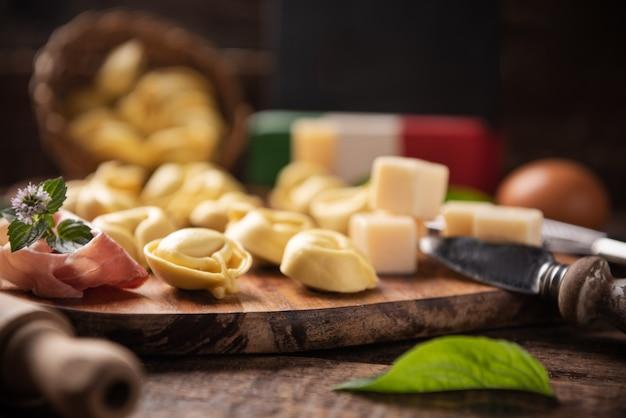 Macarrão tortellini italiano caseiro na mesa de madeira close-up