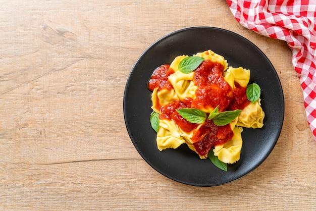 Macarrão tortellini italiano com molho de tomate - comida italiana